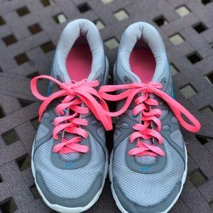 Nike's Revolution 2, Gray and Pink Woman(5)